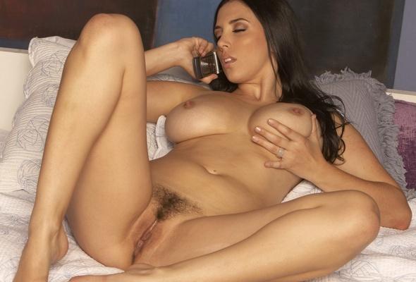 ragazza nuda che parla al cellulare