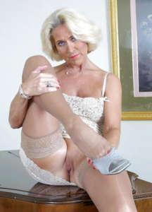 Carmela anziana sexy